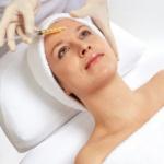 S pribúdajúcim vekom a pôsobením rôznych faktorov dochádza k prirodzenému starnutiu pokožky. Mezoterapia je revolučná metóda, ako nežiaduce starnutie zvrátiť a vrátiť svojej pokožke mladistvý a svieži výraz. Pleť sa po ošetrení mezoterapiou napne a je hydratovaná. Na pokožku sa priloží derma-rollerový valček,ktorý má na sebe mikroihličky. Povrchovo pôsobiaci derma-roller zasahuje určitú vrstvu pokožky, uľahčuje prienik aktívnej látky do pleti a súčasne pôsobí ako špeciálna masáž podporujúca tvorbu kolagénu. Výsledky na pleti spravidla klientky pozorujú po druhom zákroku, optimálne je však zákrok opakovať aspoň 4 - 5 krát v priebehu 40 dní.