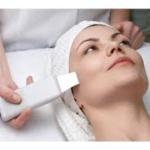 Skin Scrubber je technológia, ktorá sa používa na bezbolestný ultrazvukový peeling a hĺbkové čistenie pleti bez naparovania a vytláčania. SkinScrubber bezbolestne a šetrne čistí pleť a odstraňuje odumreté kožné bunky na princípe emulgovania (rozptyľovania) tuku a nečistôt z pórov a ich stieranie z pleti špachtľou. Je možné použiť ho ako náhradu alebo doplnenie mechanického, ručného čistenia. Odstraňuje rohovinovú vrstvu kože a odhaľuje tak mladšiu vrstvu pokožky, ktorá ...